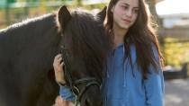 """Auch hier geht es um Frauen und Pferde: Schauspielerin Almila Bagriacik  bei den Dreharbeiten zum Kinofilm """"Hördur –  zwischen den Welten"""""""