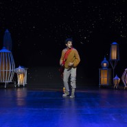 Ein Wunder zwischen Lampen: Jasper Engelhardt als Straßenjunge Alaaddin im Livestream des Staatstheaters Darmstadt