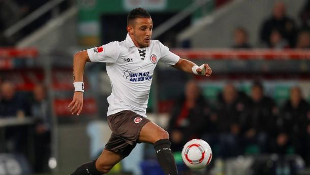 Fußballprofi Naki nach Angriff in Versteck gebracht