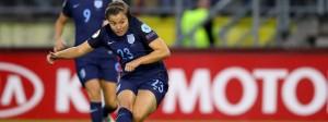 Die Engländerin Francesca Kirby schießt das Tor zum 1:0 gegen Spanien in der 2. Minute.