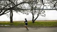 Ein Mann joggt in der australischen Hauptstadt Canberra am Ufer des Lake Burley Griffin. (Archivfoto)