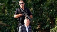 Geschütz durch Sicherheitskräfte: Ministerpräsident Erdogan bei seiner Ankunft auf dem Flughafen in Ankara am Sonntag