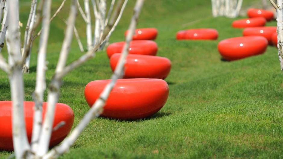 Sitzgelegenheiten auf dem Gelände der Internationalen Gartenschau