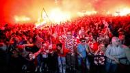 Kroatische Fans bejubeln in Zagreb frenetisch den Einzug ihrer Mannschaft ins Finale der Fußball-Weltmeisterschaft.