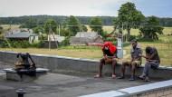 Litauen als Ziel oder Zwischenstation? Migranten in einer provisorischen Unterkunft in der Nähe der Grenze zu Belarus im Juli