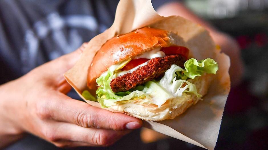 Veggieburger punkten vor allem mit ihrer Umweltbilanz: Bei der Produktion entstehen im Vergleich zu Rindfleisch bis zu zehnmal weniger Treibhausgasemissionen.
