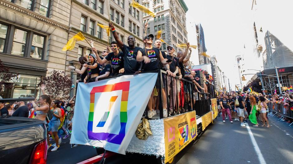 Bunt statt blau: Bei der Gay Parade in New York vor zwei Wochen zeigte sich die Deutsche Bank mit eigenem Wagen und umgefärbtem Logo.