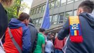 Rumänische Staatsangehörige stehen am Sonntag vor dem rumänischen Konsulat in München, um ihre Stimme für die Europawahl abzugeben.