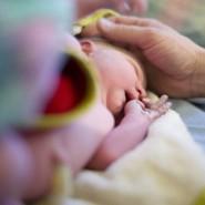 Die meisten Hebammen und Psychologen raten davon ab, das Kind mit in eine Klinik zu nehmen. Bei einer Hausgeburt spreche grundlegend nichts dagegen.