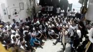 Schutzsuchende: Die Flüchtlinge auf dem Schiff der ausländischen Hilfsorganisationen am Montag mit Freiwilligen