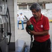 Ein Venezolaner arbeitet im Februar dieses Jahr an einer Tankstelle von PDVSA.