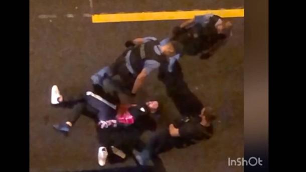 Die Tritte und Schläge der Polizisten