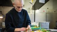Konzentriert bei der Arbeit: Koch Giuseppe Alfieri.