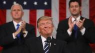 Wie so oft zufrieden mit sich selbst: Präsident Trump nach seiner Rede vor dem Kongress