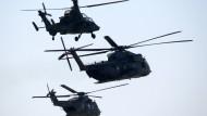 Die Hubschrauber Tiger, CH-53 und NH-90 der Bundeswehr am Himmel über Brandenburg