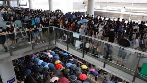 Demonstranten belagern wieder Flughafen