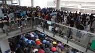 Prodemokratische Demonstranten versammeln sich vor dem Hongkonger Flughafen.