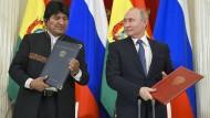 Wladimir Putin (r), Präsident von Russland, und der ehemalige Präsident Boliviens, Evo Morales, bei einem Treffen im Juli in Moskau