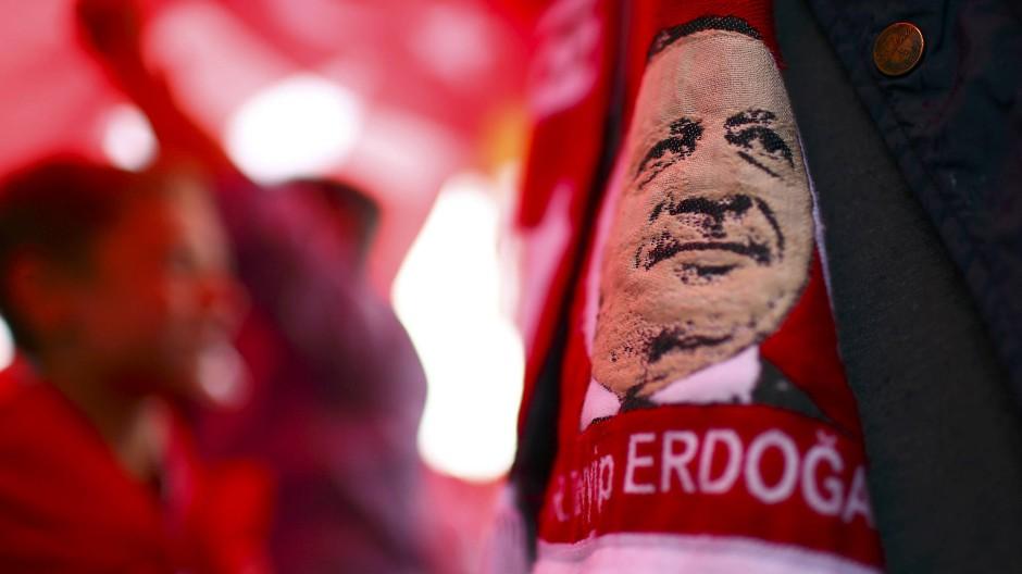 Erdogan-Schal eines Teilnehmers an der Demonstration für die türkische Regierung in Köln (am Sonntag).