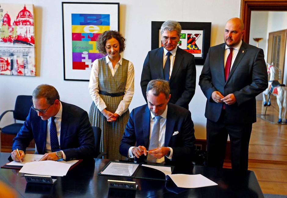 Cedrik Neike und Michael Müller unterzeichnen die Vereinbarung.