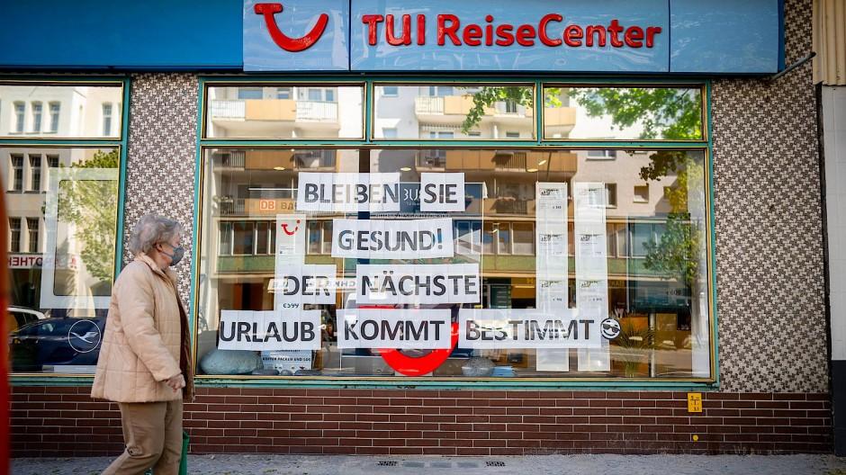 Eine Passantin vor einem TUI-Reisebüro in Berlin