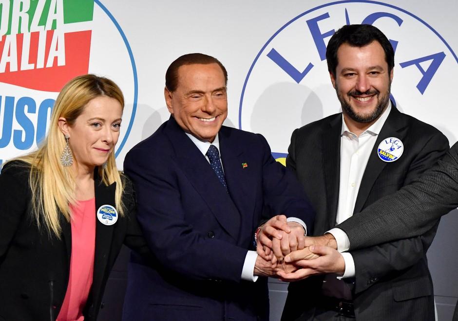 """Die Vorsitzende der neofaschistischen """"Brüder Italiens"""", Giorgia Meloni, der frühere Ministerpräsident Silvio Berlusconi von der konservativen Forza Italia und Lega-Chef Matteo Salvini im März 2018 in Rom"""