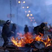 Bolivien, Sacaba: Polizisten räumen Barrikaden weg, die Anhänger des ehemaligen Präsidenten Morales auf der Straße angezündet haben.