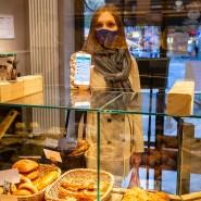 Bestellt und abgeholt: In der Biobäckerei Kaiser kann man Restbestände per Smartphone reservieren.