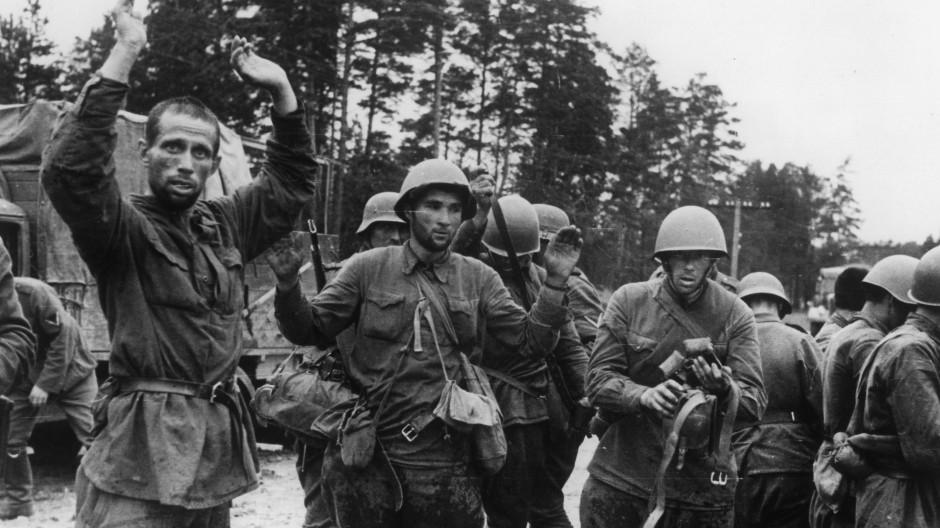 Soldaten der Roten Armee ergeben sich im Jahr 1941 während des Russlandfeldzugs.
