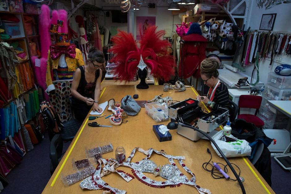 In der Schneiderwerkstatt des Varieté-Theaters kümmern sich Angestellte um die farbenprächtigen Kostüme.