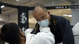 Kampfsportler trainieren mit Mund-Nasen-Schutz