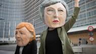 Die Pappmachéköpfe sollen die Gesichter der britischen Premierministerin May und der deutschen Bundeskanzlerin Merkel darstellen. Brexit-Gegner zeigten die Figuren in Brüssel bei einer Anti-Brexit-Aktion vor dem EU-Hauptsitz