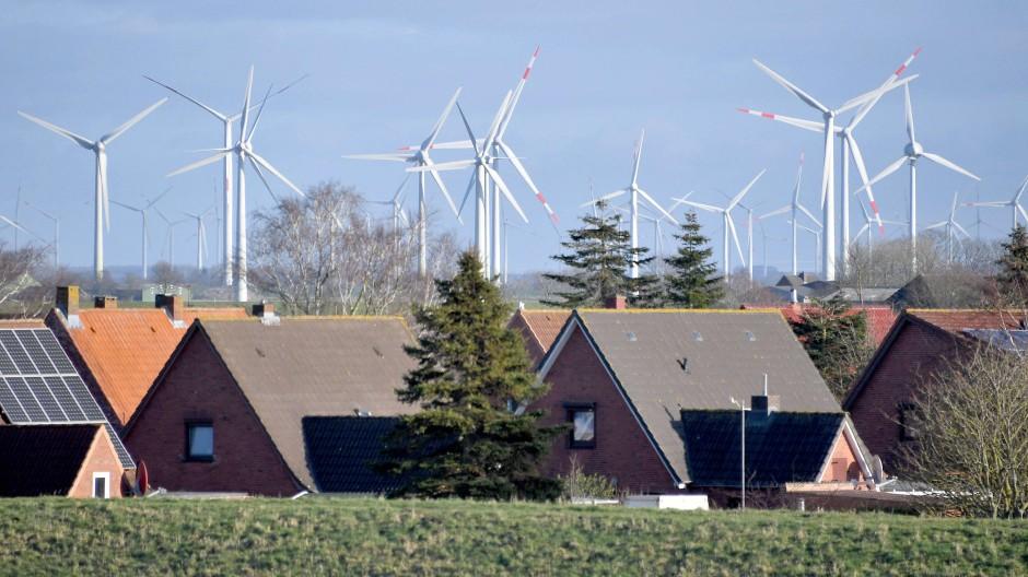 Windkraftanlagen, die nahe an Wohnsiedlungen stehen, Sorgen häufig für Unmut.