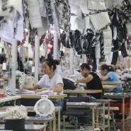 Die Maschinen laufen. Angestellte in einer Textilfabrik im ostchinesischen Nantong.