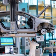 Ein Volkswagen-Mitarbeiter arbeitet in der Gläsernen VW-Manufaktur in Dresden an der Montage eines Volkswagen E-Golfs.