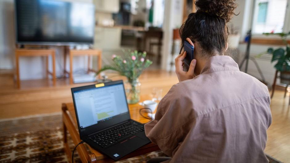 Wer im Homeoffice aktiv ist und regelmäßig auf sich aufmerksam macht, kann auch zuhause Karriere machen.