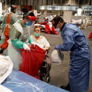Eine Corona-Patientin und Pflegepersonal im Notlazarett im Messezentrum von Madrid
