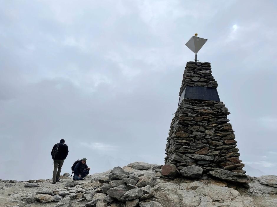 Ein Denkmal erinnert an den Fund der Gletschermumie durch das Nürnberger Ehepaar Simon.