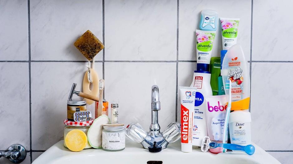 Neu gegen alt: Links die mülleinsparenden Kosmetikprodukte, rechts die Plastiktuben.