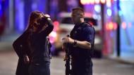 """Menschen in London nach dem Terroranschlag vor dem Krankenhaus: """"Manche reagieren mit Angst, andere mit besonderer Wut oder ungewöhnlichem Aktivismus."""""""