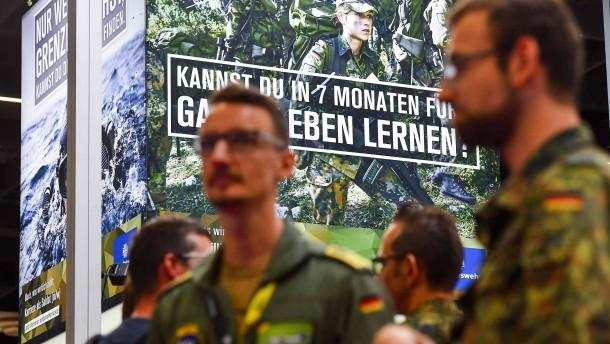 Wehrbeauftragte: Bundeswehr soll bei Rekrutierung realistisches Bild zeichnen