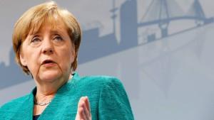 Merkel sagt Opfern der Krawalle Entschädigung zu