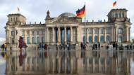 Große Regenpfütze statt Schneehaufen: Der Reichstag in Berlin Anfang Januar