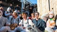 """Aktivisten von """"Sand im Getriebe"""" blockieren einen der Eingänge zum Messegelände zur IAA – die Polizei überwacht das Geschehen"""