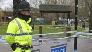 Ein Polizist steht in Salisbury in der Nähe des Ortes, an dem der ehemalige russische Doppelagent Sergej Skripal und dessen Tochter mit Vergiftungserscheinungen gefunden wurden.