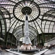 Am Ende schien die Rakete durchs Dach zu gehen: Aber für die Chanel-Schau im März 2017 im Grand Palais schob sich die untere Triebwerkabdeckung der Saturn-Attrappe einfach über die zweite Stufe