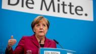 Bundeskanzlerin Angela Merkel (CDU) spricht am Montag nach einer Sitzung des CDU-Bundesvorstandes in Berlin.
