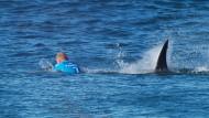 Mit viel Glück und noch mehr Mut übersteht Mick Fanning die Hai-Attacke unverletzt.