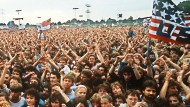 """Amerika umarmen: Als Springsteen 1988 in Ost-Berlin """"Born in the U.S.A."""" sang, wehten dort selbstgemalte Amerika-Flaggen - dahinter geht es nicht mehr zurück."""