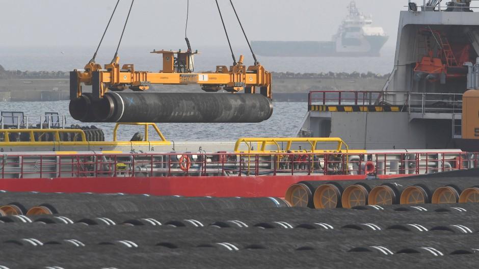 Rohre für die Ostsee-Gaspipeline Nord Stream 2 werden auf dem Gelände des Hafen Mukran auf ein Schiff verladen.